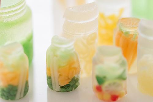 ミニチュアの野菜の瓶詰めが可愛いキッチンがもうすぐ完成