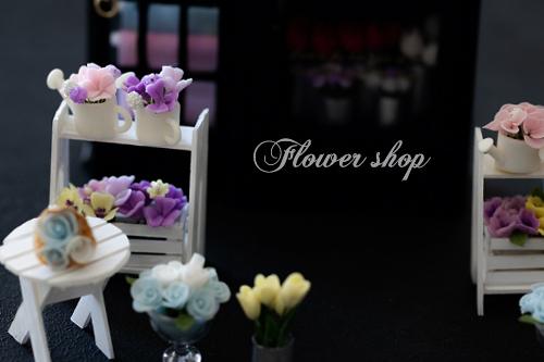 樹脂粘土で作った沢山のお花を使ってショーウィンドウのあるお花屋さんが完成しました。~生徒さまの作品~