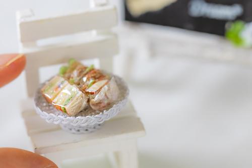 ワイヤーで作ったミニチュアのかごがミニチュアのパンやスイーツをディスプレイするのに最高に便利です。